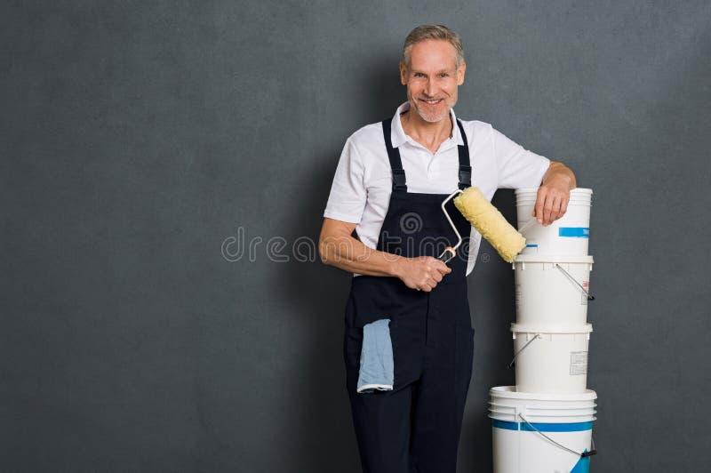 Pintor feliz que guarda o rolo fotografia de stock