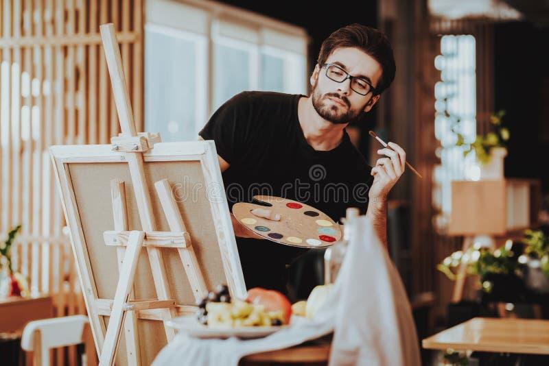 Pintor Holds Palette Looking en la vida inmóvil fotografía de archivo libre de regalías