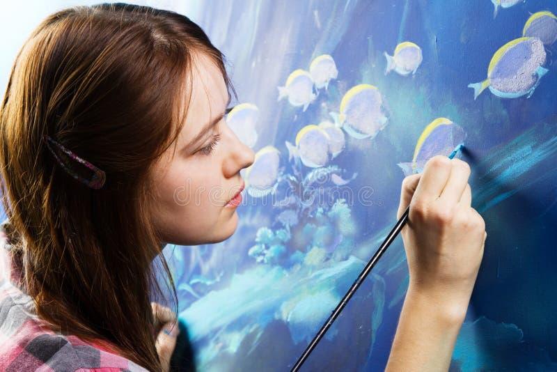 Pintor joven en el trabajo imagen de archivo libre de regalías