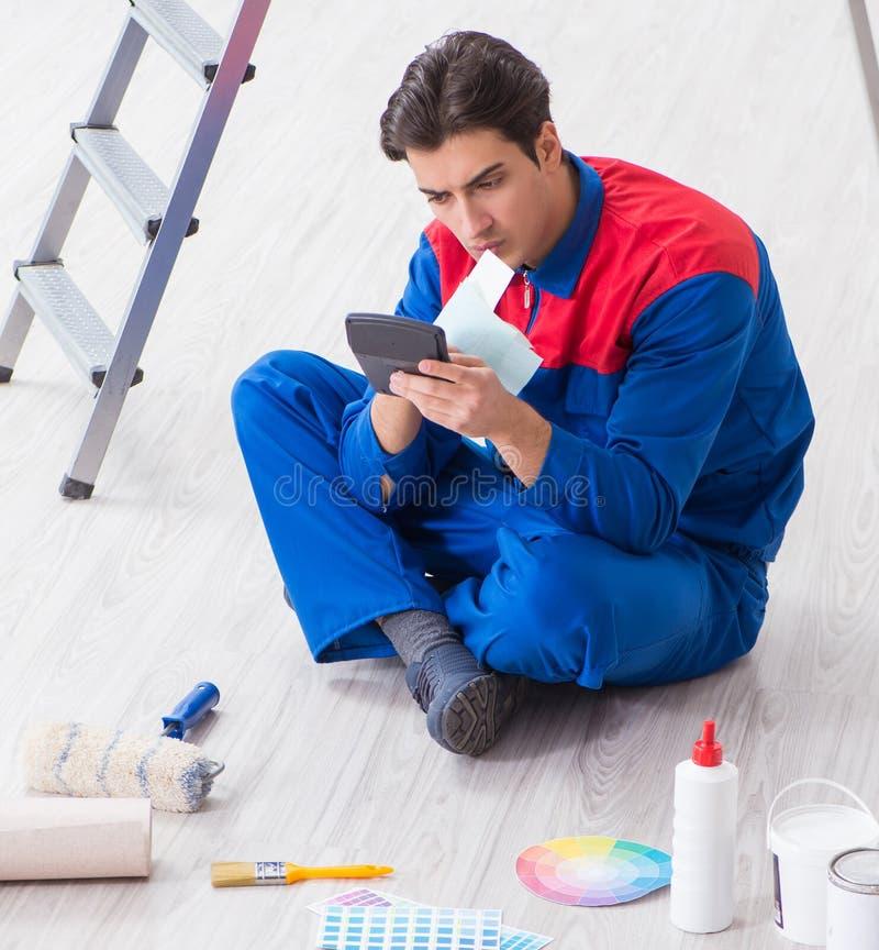 Pintor joven que intenta hacer juego los colores para el trabajo de pintura fotografía de archivo libre de regalías