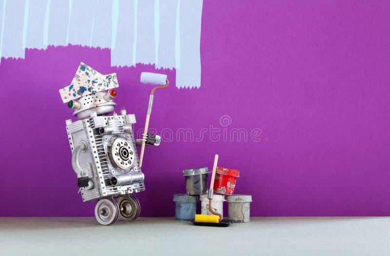 Pintor louco do robô no trabalho Decorador engraçado com rolo de pintura e cubetas, redecoração colorida roxa da sala Copie o esp foto de stock