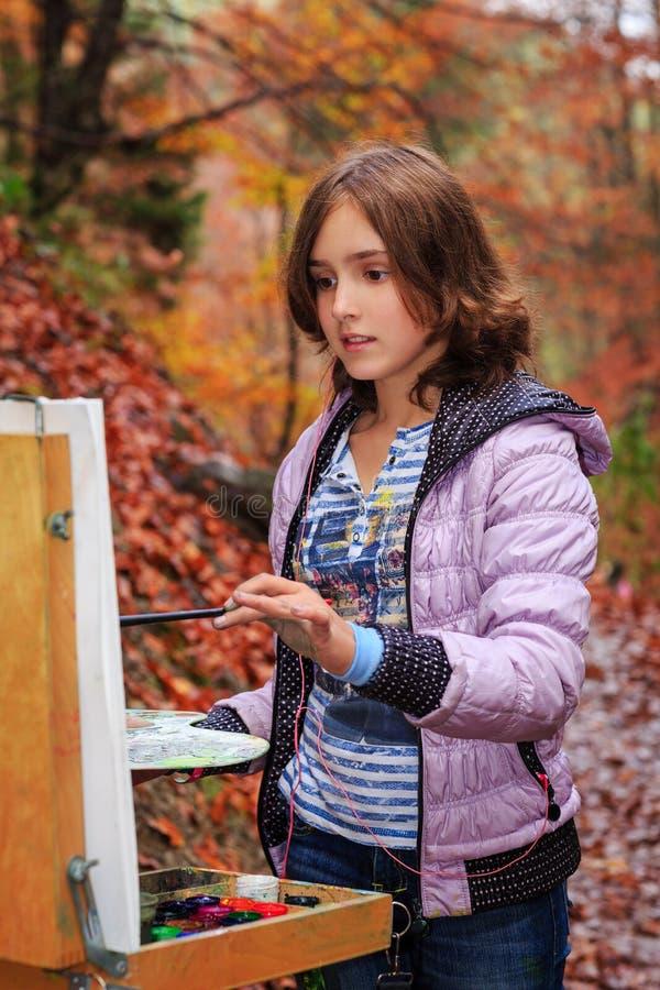 Pintor novo no trabalho nas montanhas imagens de stock