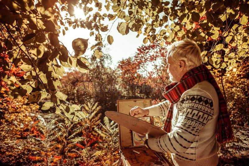Pintor pensativo que mira el paisaje en el frente fotografía de archivo libre de regalías