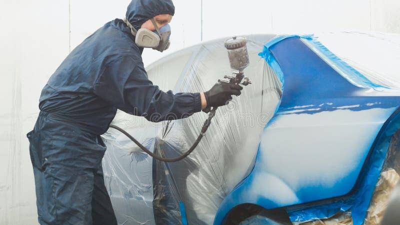 Pintor profissional do carro na oficina do veículo fotografia de stock royalty free