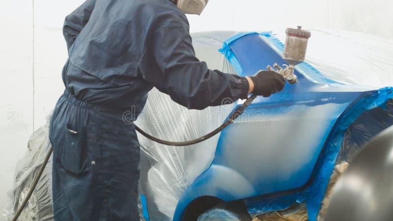 Pintor profissional do homem do carro na oficina do veículo fotografia de stock royalty free