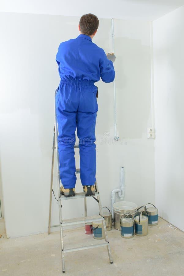 Pintor que pinta a parede fotografia de stock royalty free