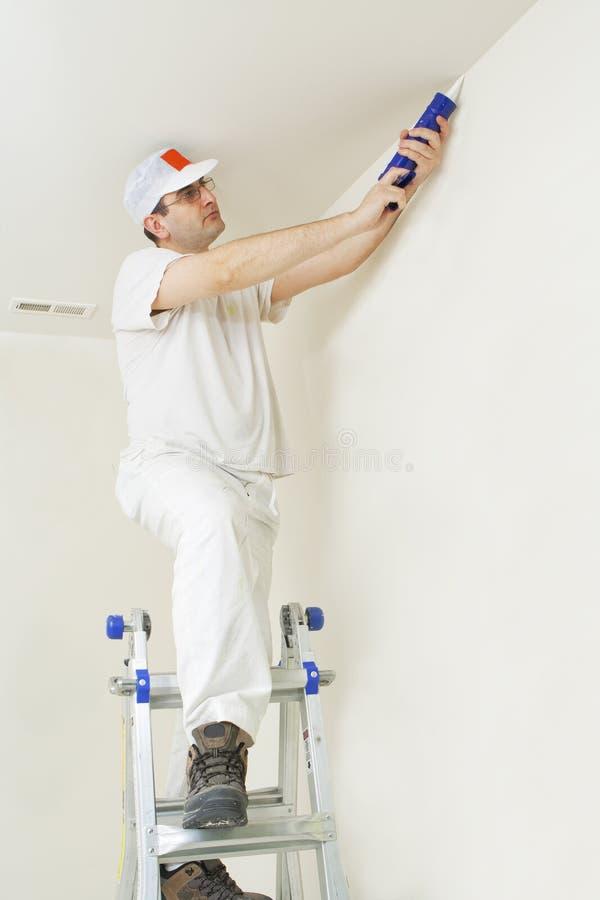 Pintor que repara las grietas fotografía de archivo