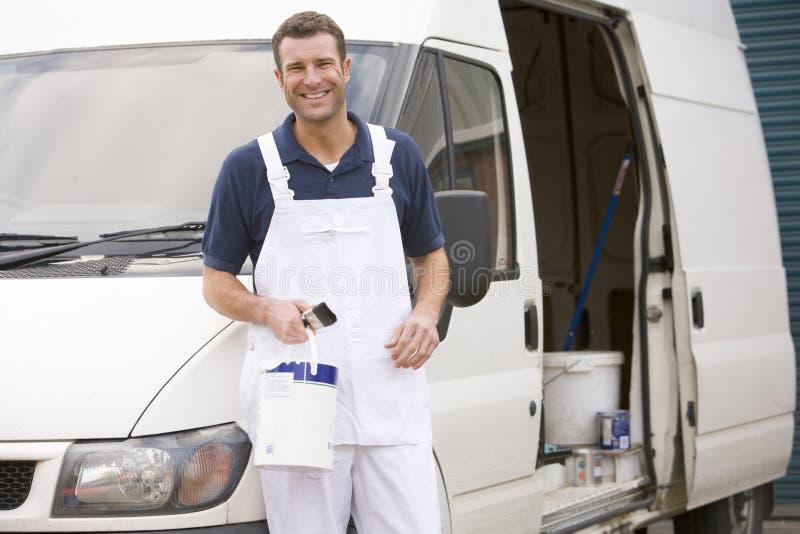 Pintor que se coloca con la furgoneta foto de archivo libre de regalías