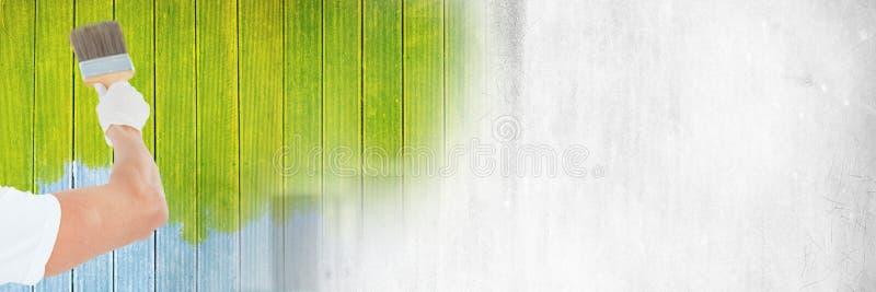 Pintor que sostiene la pared de la pintura de la brocha con la transición foto de archivo libre de regalías