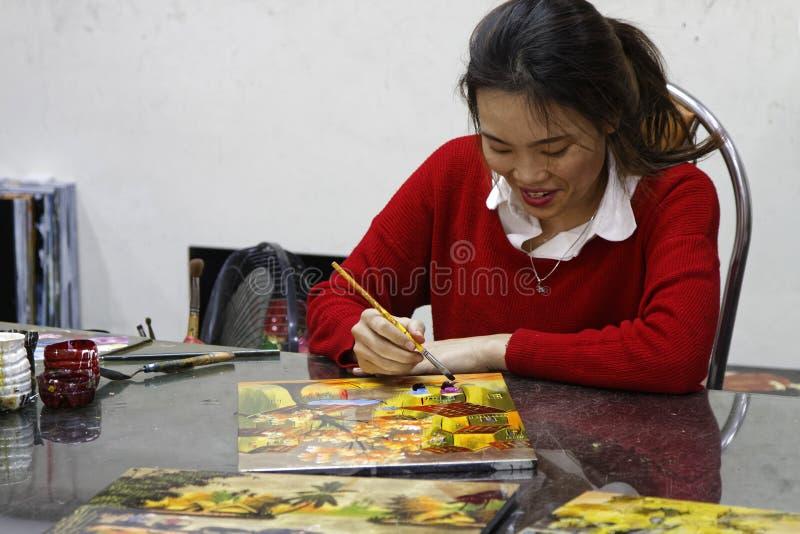 Pintor sonriente en el taller imagenes de archivo