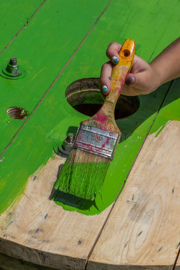 Pintor verde Work With una brocha fotos de archivo