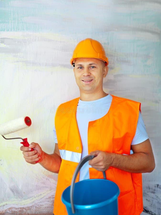 Pintores de casa com rolo de pintura fotografia de stock