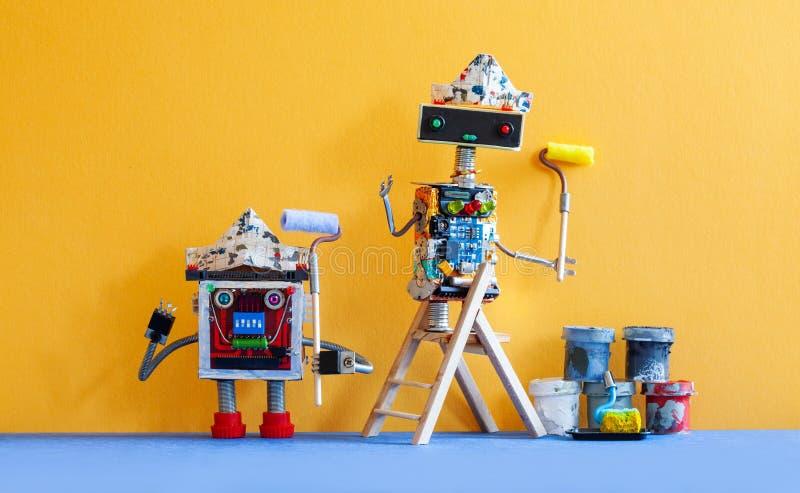 Pintores engraçados dos robôs com rolos de pintura Fundo amarelo da parede imagem de stock