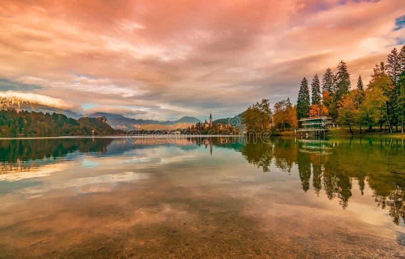 Pintorescas nubes que reflejan el lago Bled, Eslovenia imágenes de archivo libres de regalías