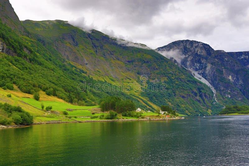 Pintoresco paisaje de Sognefjord nublado verano Noruega fotografía de archivo