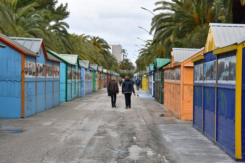 Pintou brilhantemente tendas do mercado em San Benedetto del Tronto foto de stock royalty free
