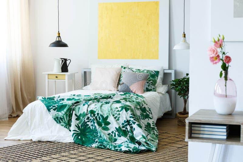 Pintura abstracta sobre la cama fotografía de archivo