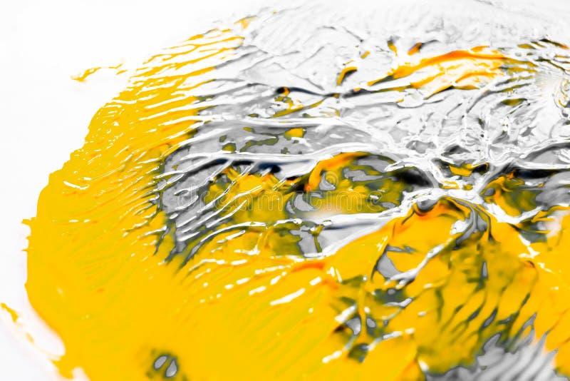 A pintura abstrata espirra o fundo Contexto psicadélico de mistura líquido cinzento e alaranjado branco foto de stock