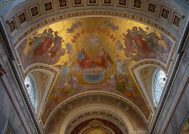 Pintura acima do altar alto dentro da basílica de Esztergom, Hungria do teto da trindade santamente imagem de stock