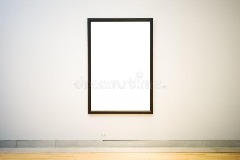 Pintura acortada blanco con el marco oscuro de madera foto de archivo libre de regalías