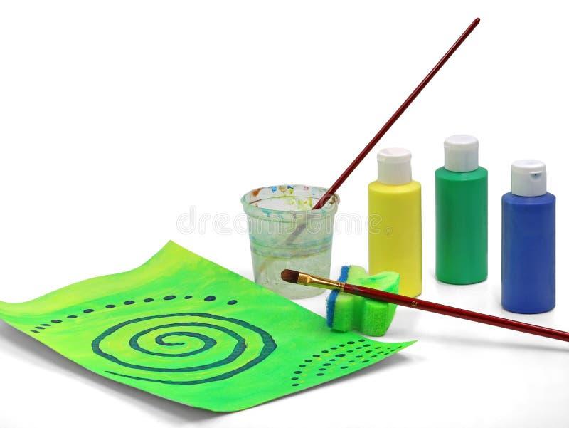 Pintura acrílica abstrata verde com a escova, a esponja e as cores isoladas no fundo branco imagens de stock royalty free