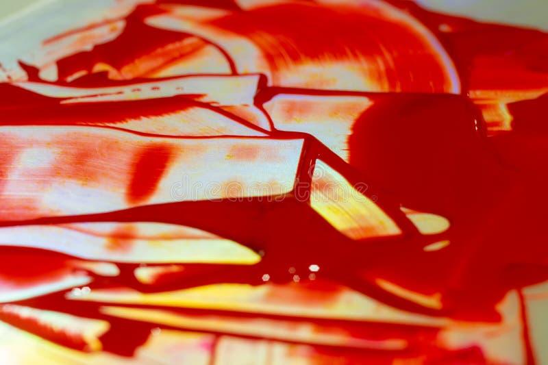 Pintura acrílica roja de la tonalidad en la tabla del resplandor Paleta en la tabla Vida del artista fotografía de archivo libre de regalías