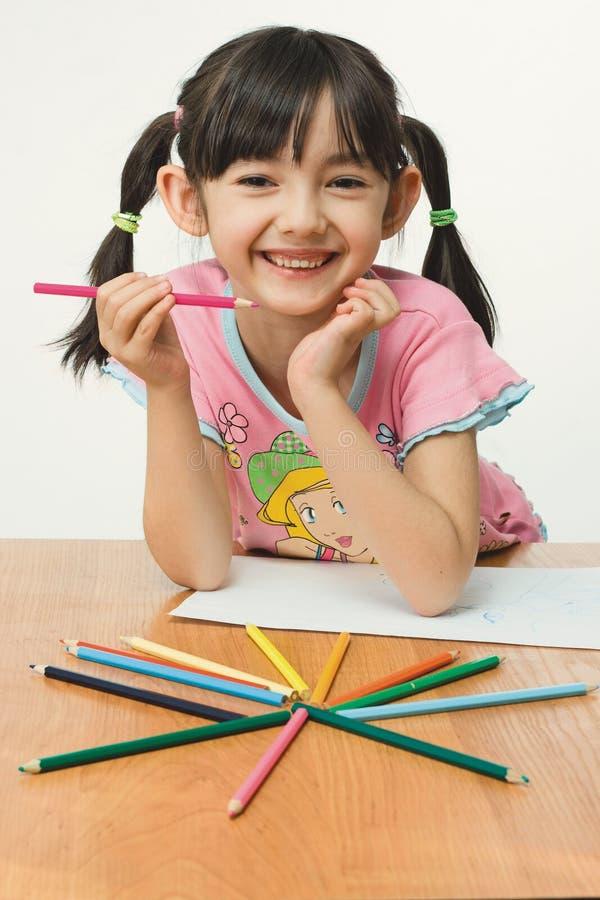 Pintura agradável da menina com lápis imagens de stock