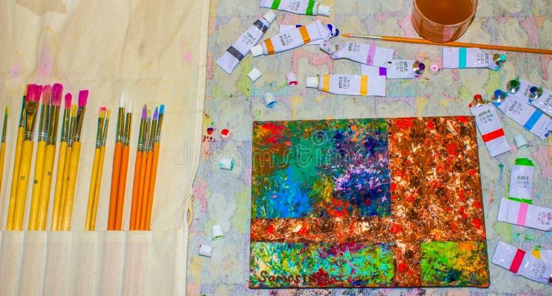 Pintura al óleo El trabajo del ` s del artista con la lona pinta y los cepillos Fondo fotografía de archivo libre de regalías