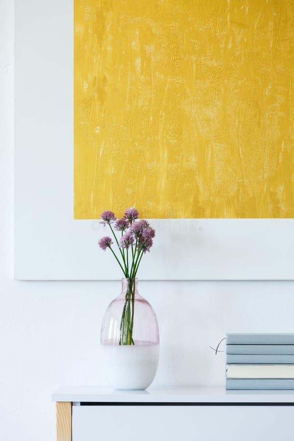 Pintura amarela na sala de visitas fotos de stock royalty free