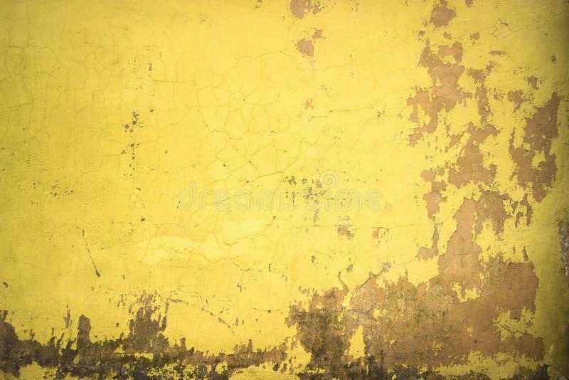 A pintura amarela pintada muro de cimento, textura coloriu o cimento como vagabundos fotografia de stock