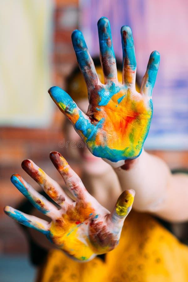 Pintura amarilla azul de la afición de las manos creativas del artista fotos de archivo libres de regalías