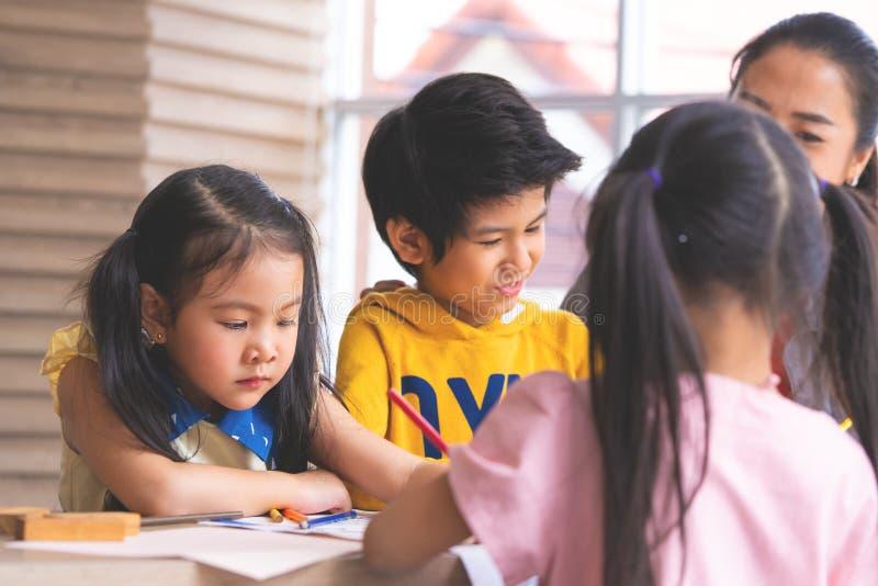 Pintura asiática da menina no papel no grupo da arte imagem de stock royalty free