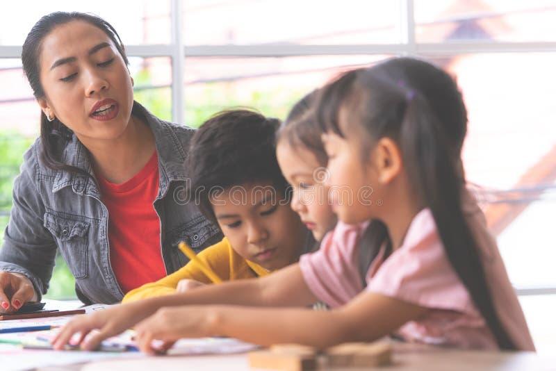 Pintura asiática da menina no papel no grupo da arte imagem de stock