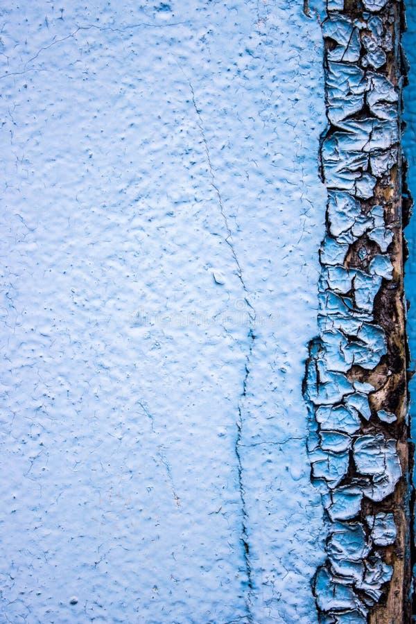 Pintura azul agrietada en una base de madera fotos de archivo libres de regalías
