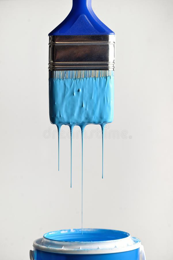 Pintura azul de gotejamento da escova fotografia de stock royalty free