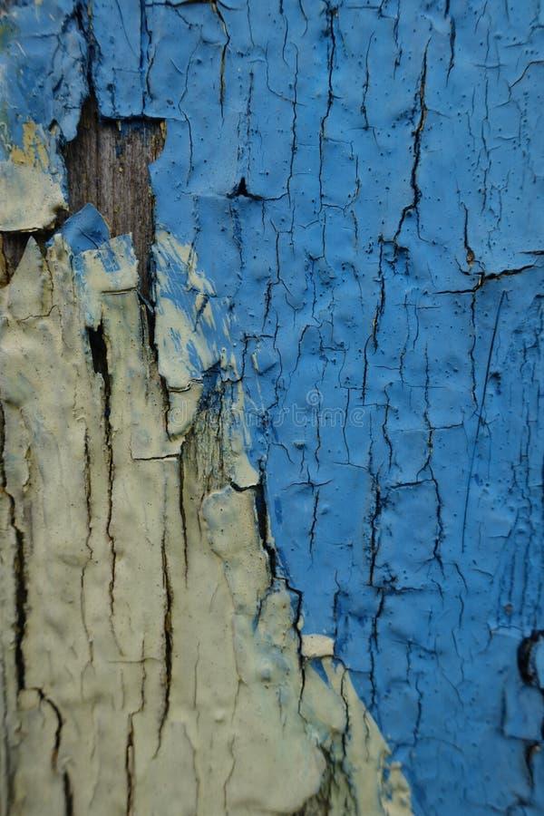 Pintura azul y amarilla de la peladura en la pared vieja imágenes de archivo libres de regalías