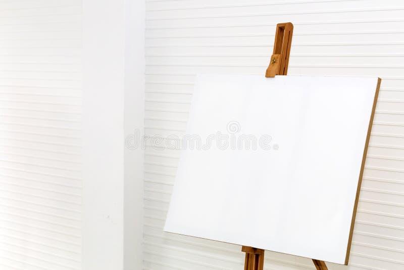 Pintura blanca de la lona en el soporte de madera del dibujo a creativo para el diseño imagen de archivo