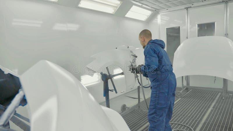 Pintura blanca de rociadura del pintor auto en defensa del repuesto del coche en cabina especial imagenes de archivo