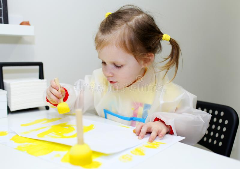 Pintura bonita bonito da menina com escova da espuma em casa fotos de stock royalty free