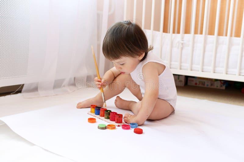 Pintura bonita do bebê fotografia de stock