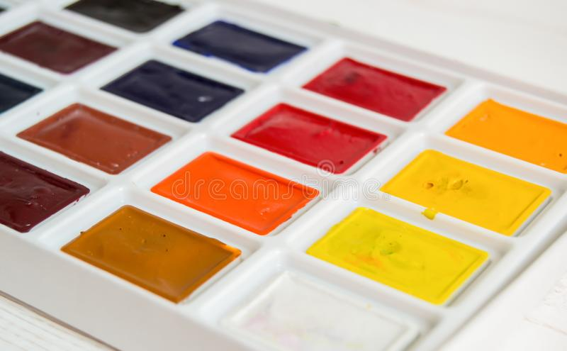 Pintura brillante de la acuarela en cierre de la caja para arriba en el fondo blanco imagen de archivo libre de regalías
