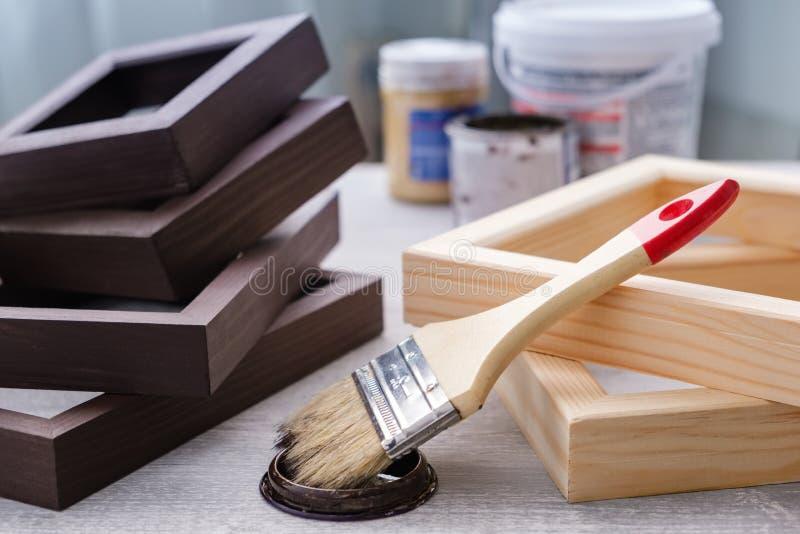 Pintura castanha de manchas em quadros de madeira utilizada em pinturas de arte, fotografias e outras obras visuais Pincel, quadr fotografia de stock royalty free