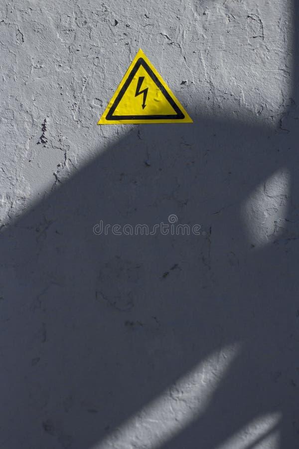 Pintura cinzenta rachada com percebimento do ícone amarelo do triângulo imagem de stock royalty free