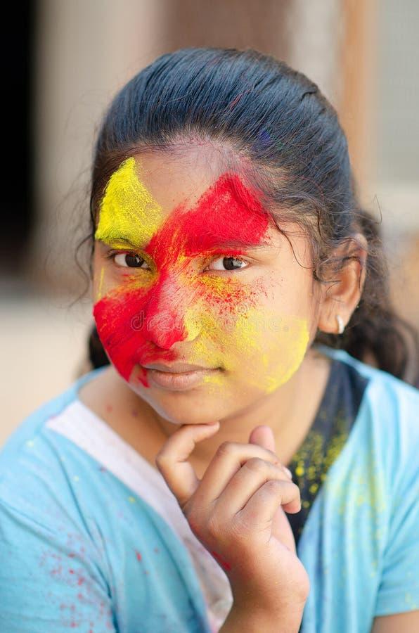 Pintura colorida da cara de Girl do modelo de forma Retrato da arte da forma da beleza da menina bonita da mulher com o holi líqu imagens de stock