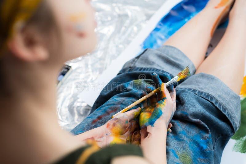 Pintura colorida das mãos do artista da faculdade criadora da inspiração imagem de stock