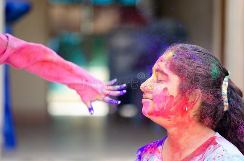 Pintura colorida de la cara de Girl del modelo de moda Retrato del arte de la moda de la belleza de la muchacha hermosa con el ho fotografía de archivo libre de regalías