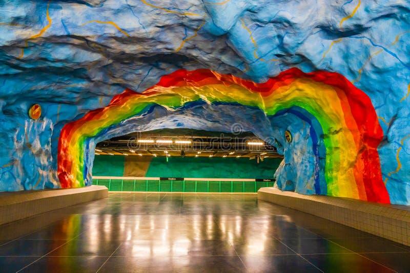 Pintura colorida do arco-íris na parede da plataforma principal da estação de metro de Stadion em Éstocolmo, Suécia Cores do arco fotografia de stock