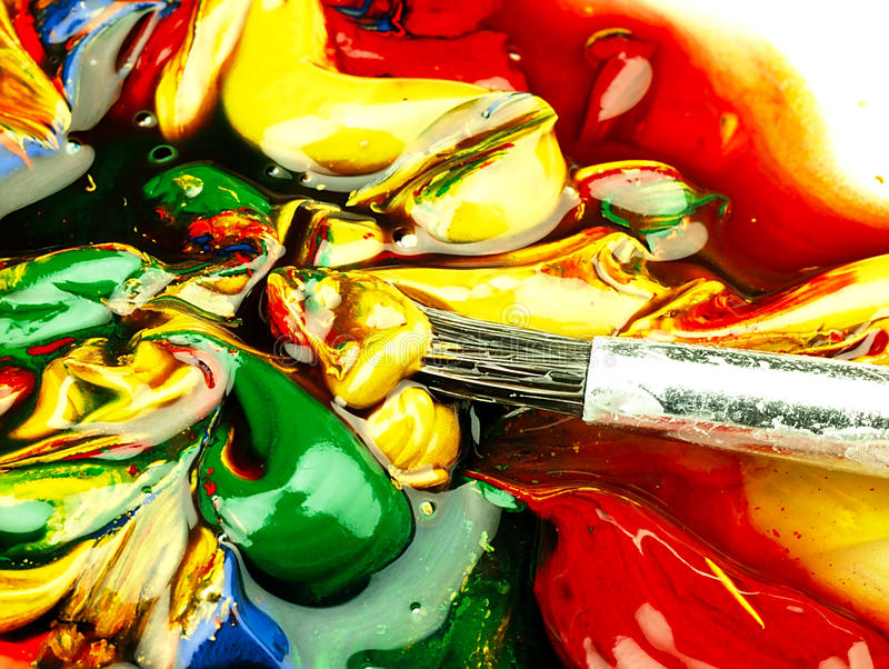 Pintura colorida misturada na paleta Escova suja no primeiro plano imagem de stock royalty free