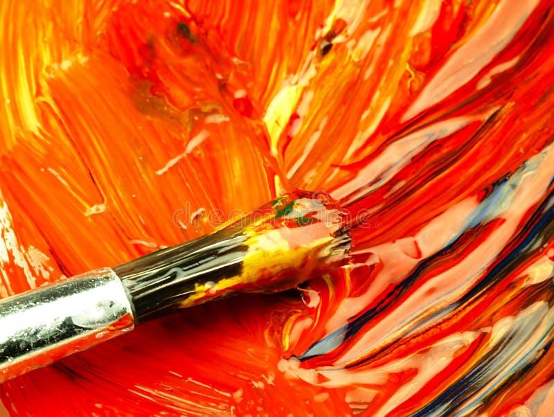Pintura colorida misturada na paleta Escova suja no primeiro plano fotografia de stock royalty free