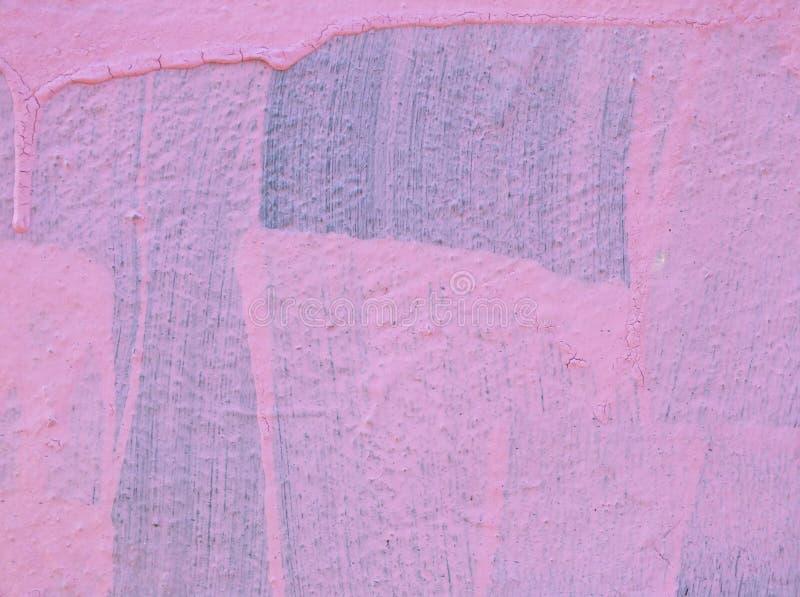 Pintura cor-de-rosa em uma parede com gotejamentos e identificar de escova por meio da exibição azul original da cor embaixo fotos de stock